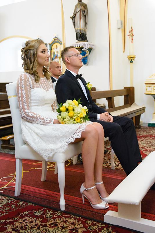 fotografia ślubna legnica przygotowania park legnicki park w legnicy błogosławieństwo ceremonia ślubu
