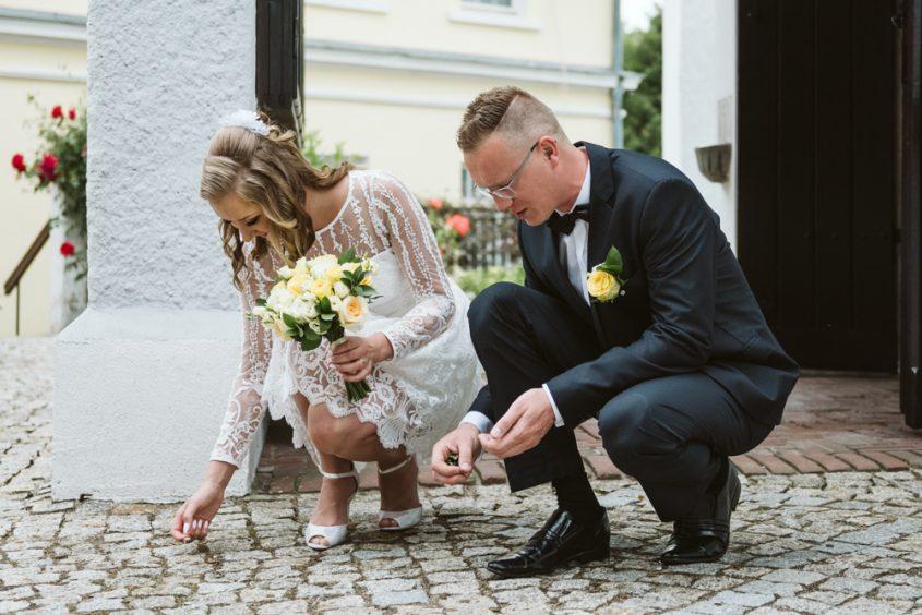 Fotografia ślubna Legnica. Przygotowania do ślubu w Legnicy. Młoda para w kościele w Legnicy.