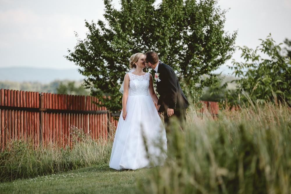fotograf ślubny zdjęcia ślubne niedaleko jeleniej góry sesja plenerowa chatka niedżwiadka w dziwiszowie państwo młodzi dąbrowica