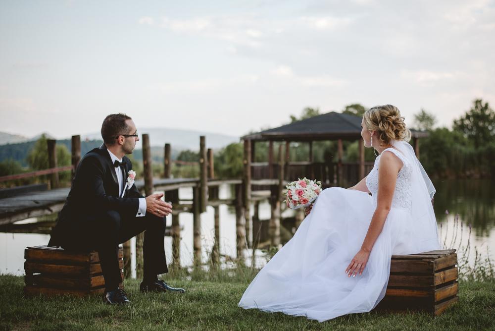 naturalna fotografia fotograf ślubny zdjęcia ślubne niedaleko jeleniej góry sesja plenerowa chatka niedżwiadka w dziwiszowie państwo młodzi dąbrowica