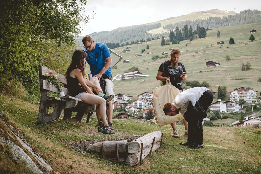 Fotograf ślubny Jelenia Góra. Sesja plenerowa w górach w Szwajcarii miasteczko Falera. Parc la Mutta.
