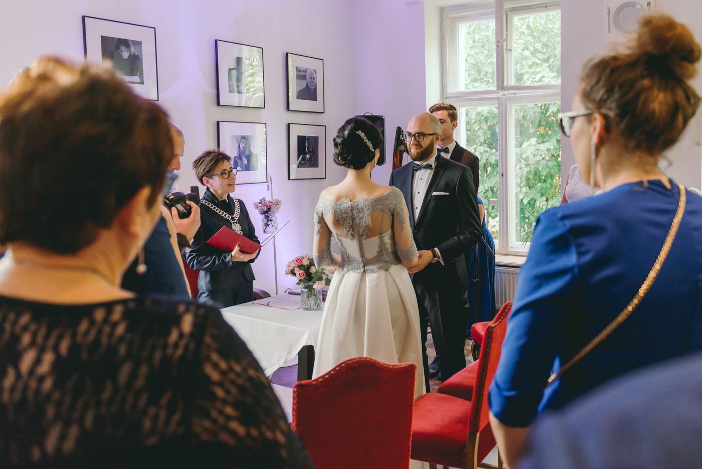 sesja narzeczeńska reportaż ślubny we wrocławiu restauracja przyjaciele i znajomi zdjęcia slubne wrocław fotografia ślubna wrocław