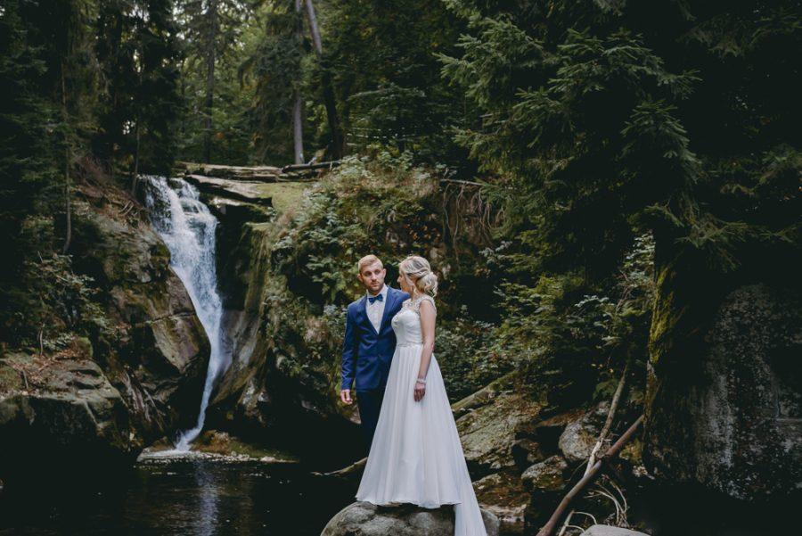 fotograf ślubny jelenia góra sesja plenerowa wodospad szklarki karkonosze zdjęcia w górach karczma hutnika