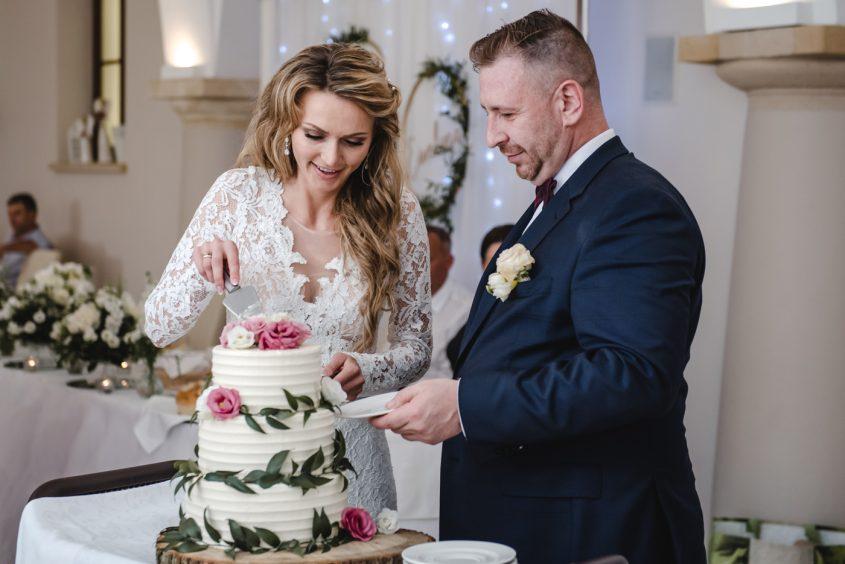 Ślub cywilny w plenerze Hotel Pałac Krotoszyce. Fotograf ślubny Legnica. Zabawa weselna w Krotoszycach.