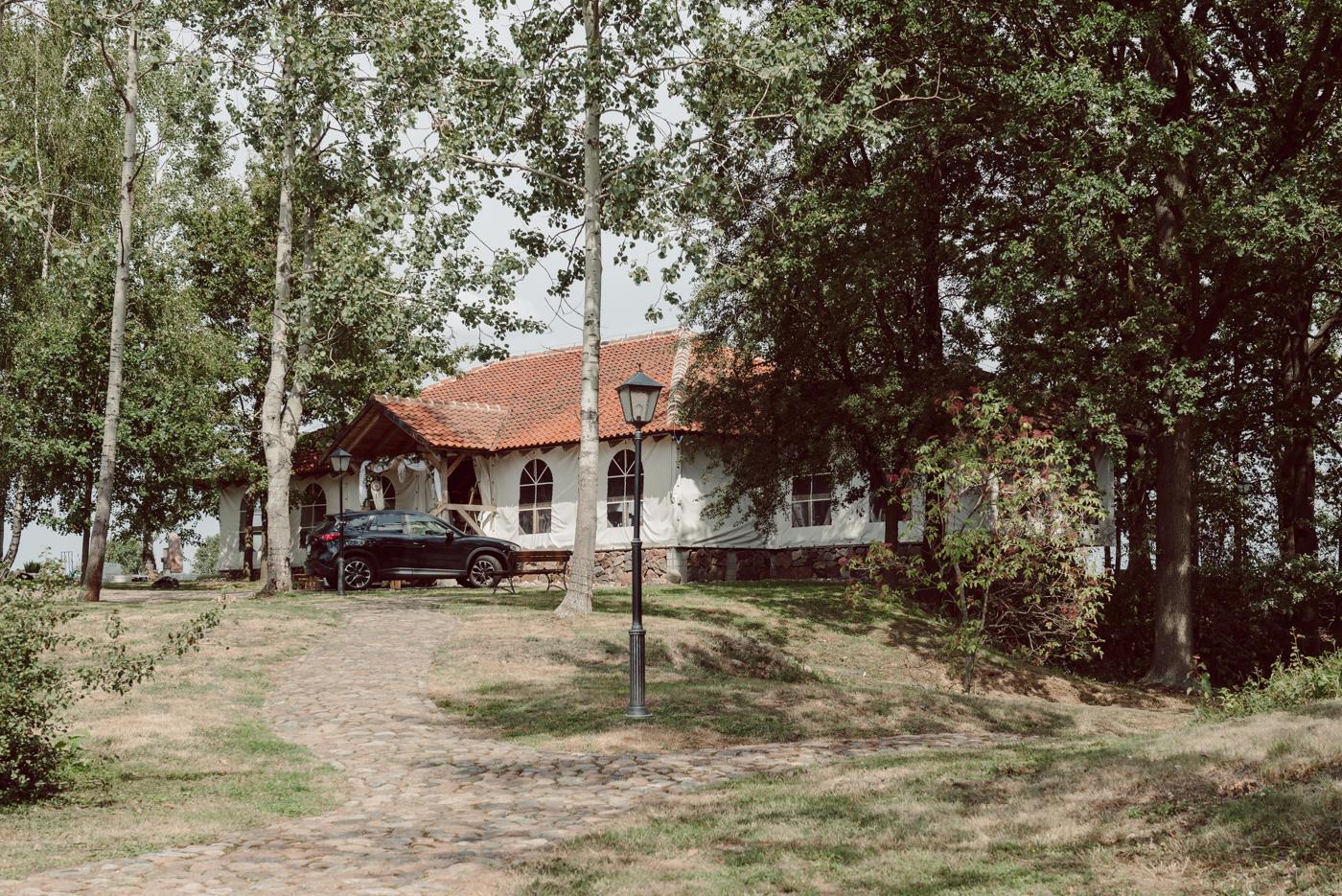 Młoda para Zielone Wzgórze Gromadzyń. Fotografia ślubna Gromadzyń. Sesja plenerowa Zielone Wzgórze. Fotograf Legnica