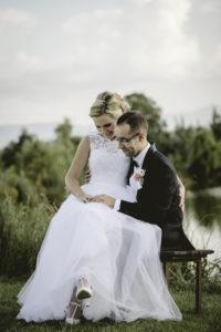 Fotografia ślubna Jeleniej Góry. Przyjęcie weselne Chatka Niedźwiadka Dziwiszów. Zdjęcia w kościele Dąbrowica.